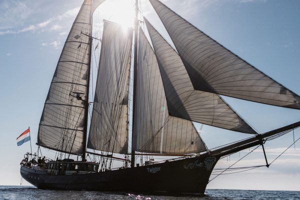 Twister ship full sail